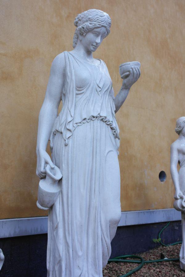 kvinde-med-vand-og-balsam